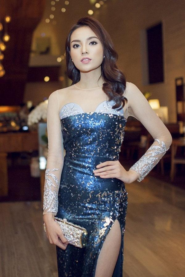 Chất liệu ánh kim cùng phom ôm sát khiến Mỹ Linh, Hari Won, Pha Lê và cả Hoa hậu Kỳ Duyên lộ phần bụng không mấy thon gọn.