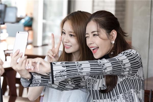 """""""Jiyeon rất đáng yêu. Hi vọng những dịp tới cả hai sẽ hợp tác nhiều hơn với nhau"""" - Chi Pu chia sẻ. Cả hai ôm nhau thắm thiết và chụp ảnh selfie cùng nhau trước khi chia tay. - Tin sao Viet - Tin tuc sao Viet - Scandal sao Viet - Tin tuc cua Sao - Tin cua Sao"""