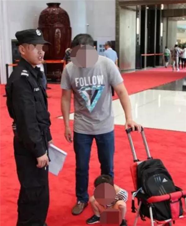 Ông bố dường như không thèm để ý đến hành động tè bậycủa con mãi đến khi các nhân viên bảo vệ kêu lên thì ông bố mớirối rít xin lỗi.