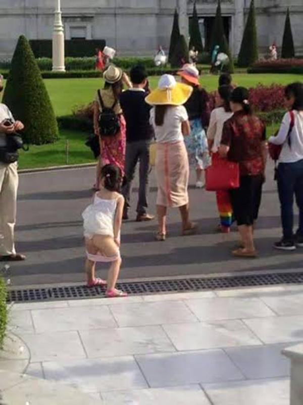 Bé gái người Trung Quốc tuột quần tè bậy ngay phía trước Cung điện Hoàng gia Thái Lan khiến dư luận hết sức phẫn nộ.