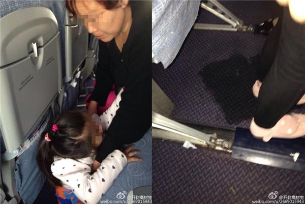 Bà nội thản nhiên cho cháu đi tiểu trên sàn máy bay thay vì đưa bé vào phòng vệ sinh.