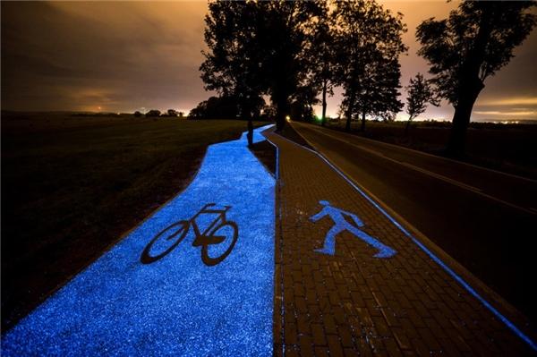 """Ba Lan đã vừa """"ra mắt"""" một con đường đêm tự phát sáng lung linh trong đêm dành riêng cho xe đạp."""