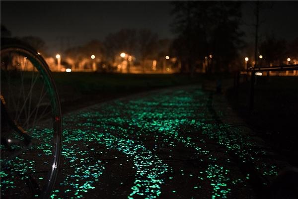 """Hình ảnh con đường """"Đêm đầy sao"""" được thiết kế và hoàn thiện năm 2014 ở Hà Lan. Ảnh: Dailymagazine"""