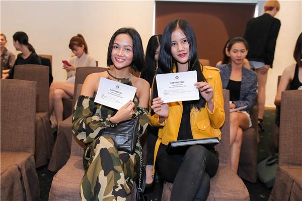 Hương Ly - Quán quân Vietnam's Next Top Model 2015 đi casting cùng người mẫu H'Hen Niê.