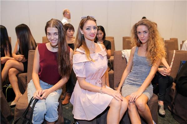 Một số người mẫu nước ngoài cũng tìm kiếm cơ hội trình diễn trong show của Chung Thanh Phong.