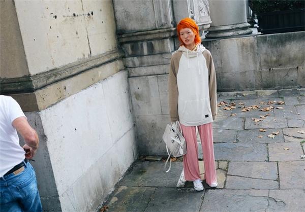 """Mái tóc nhuộm màu neon rực rỡ đã trở thành món phụ kiện thời thượng giúp làm nên vẻ nổi bật cho các fashionista, ngay cả khi họ chẳng cần ăn vận """"lồng lộn""""."""
