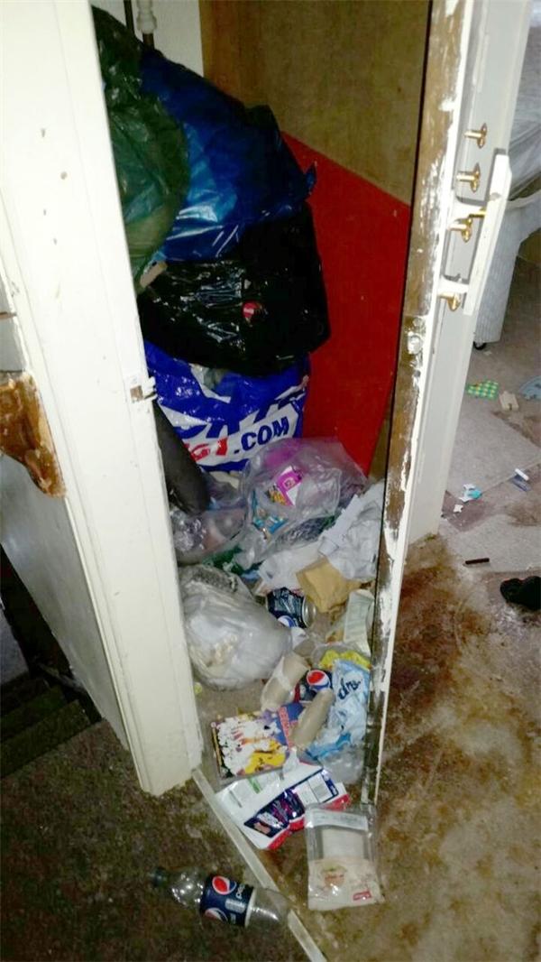 Đến cả tủ quần áo cũng được trưng dụng trở thành nơi chứa rác.