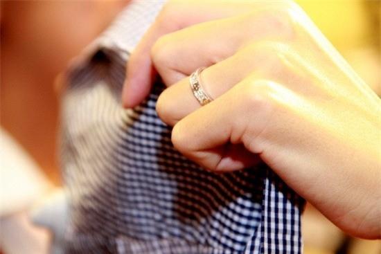 Sau đám cưới xa hoa,Tăng Thanh Hàđeo chiếc nhẫn cưới nhỏ gọn, đơn giản hơn với thiết kế gắn kim cương chìm vào trong. - Tin sao Viet - Tin tuc sao Viet - Scandal sao Viet - Tin tuc cua Sao - Tin cua Sao