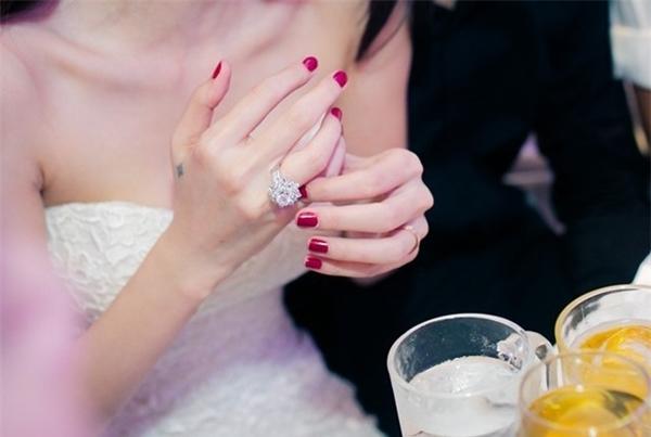 Chiếc nhẫn cưới thiết kế tinh xảo với một viên kim cương to đính kèm nhiều viên kim cương nhỏ xung quanh mà chú rể Công Vinh tặng cô dâu Thủy Tiên có giá trị khoảng 50.000 USD (hơn 1 tỉ đồng). - Tin sao Viet - Tin tuc sao Viet - Scandal sao Viet - Tin tuc cua Sao - Tin cua Sao
