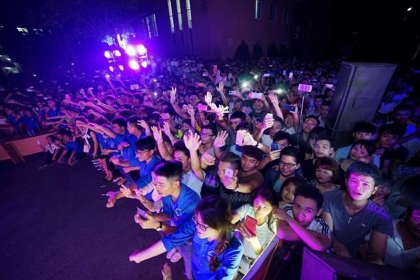 """Các bạn sinh viên cổ vũ nhiệt tình cho chương trình """"Back To School"""" – sự kiện được tài trợ bởi Vietnamobile và MOOV."""