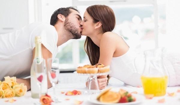 Hãy tập thói quen hôn vợ mỗi sáng nhé! (Ảnh: Internet)