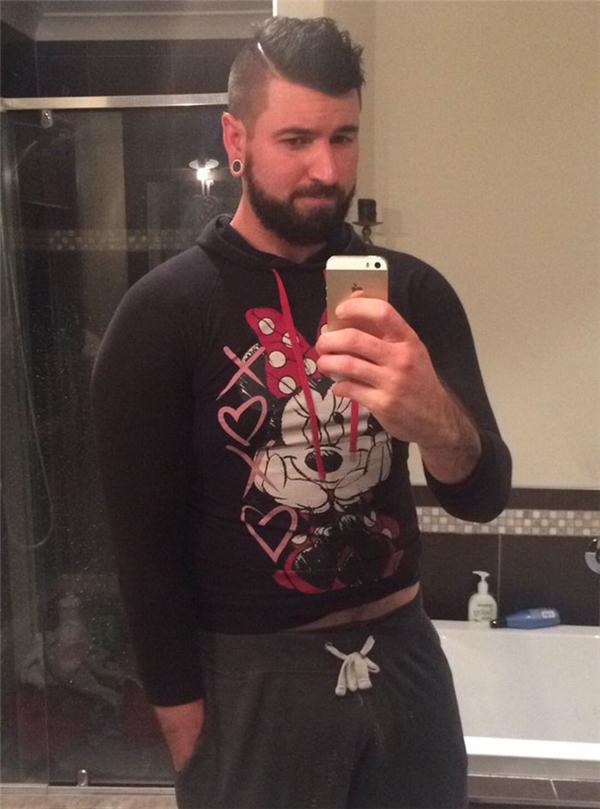 Ông anh hẳn phải chật vật lắm mới xỏ lọt cái áo hoodie Minnie sến súa này nhỉ?