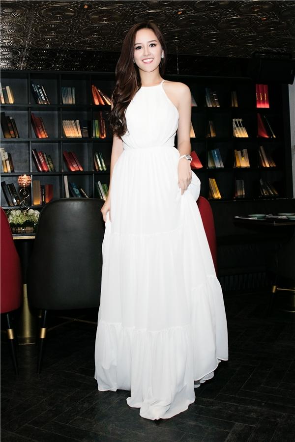 Nàng hoa hậu chọn phong cách giản dị với váy trắng nền nã của nhà thiết kế Minh Tú.Cô trang điểm nhẹ nhàng, tóc buông dài uốn xoăn nhẹ. - Tin sao Viet - Tin tuc sao Viet - Scandal sao Viet - Tin tuc cua Sao - Tin cua Sao