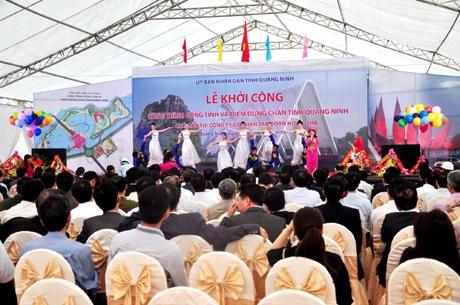 Lóa mắt với cổng chào 200 tỷ hoành tráng nhất Việt Nam