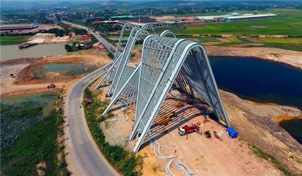 Cổng chào tỉnh Quảng Ninh được đầu tư xây dựng trên diện tích gần 140ha trên quốc lộ 18A, xã Bình Dương, thị xã Đông Triều,tiếp giáp tỉnh Hải Dương.