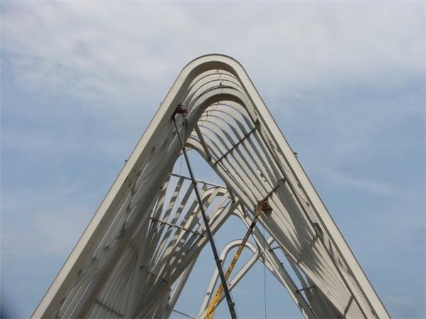 Cổng chào gồm 8 trụ chính có độ cao từ 38-43m, chiều rộng chân trụ từ 50-60m, trải dài 80m trên quốc lộ 18A, tạo hình những dãy núi trùng điệp như núi đá trên vịnh Hạ Long.