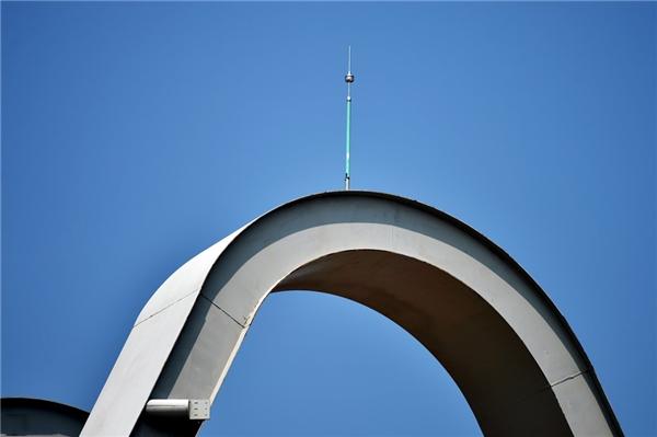 Cột thu lôi nằm ở vị trí chính giữa trên đỉnh cổng chào.