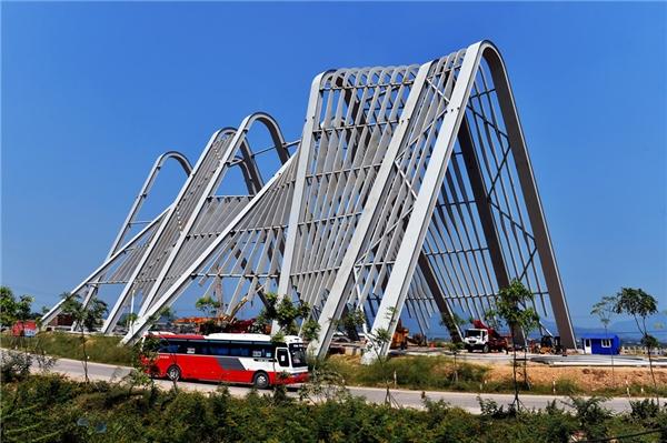 Cổng chào tỉnh Quảng Ninh và cụm công trình điểm dừng chân được xây dựng tại cửa ngõ của tỉnh này nhằm giới thiệu, quảng bá tiềm năng, thế mạnh của tỉnh.
