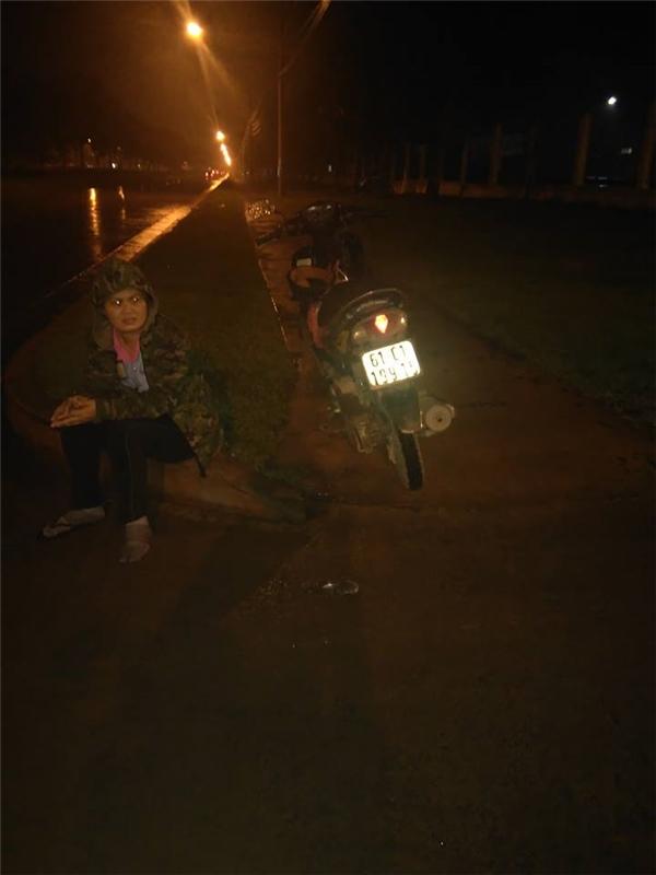 Người phụ nữ bất lực chờ đợi trong đêm giá rét