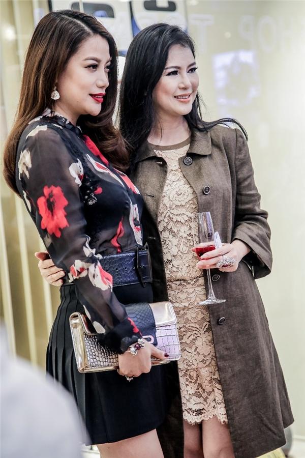 Thủy Tiên vui vẻ hội ngộ cùng Trương Ngọc Ánh, một người đồng nghiệp khá thân thiết của cô khi còn theo đuổi sự nghiệp diễn xuất.
