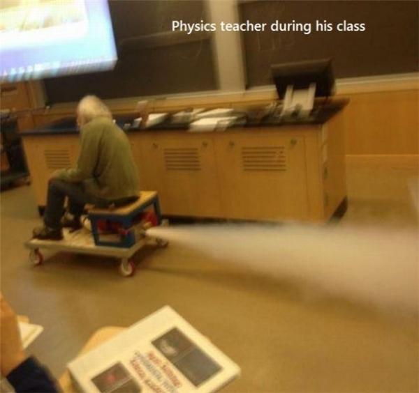Khi thầy giáo thích thú chạy thử mô hình thí nghiệm của học sinh