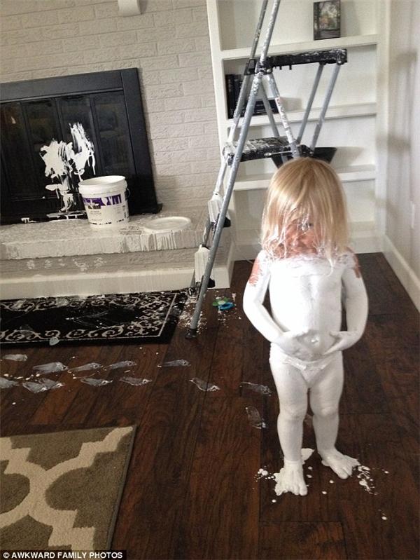 Bạn sẽ không biết sơn còn có thêm công dụng nào khác cho đến khi con bạn trắng bệch như thế này.(Ảnh: Awkward Family Photos)