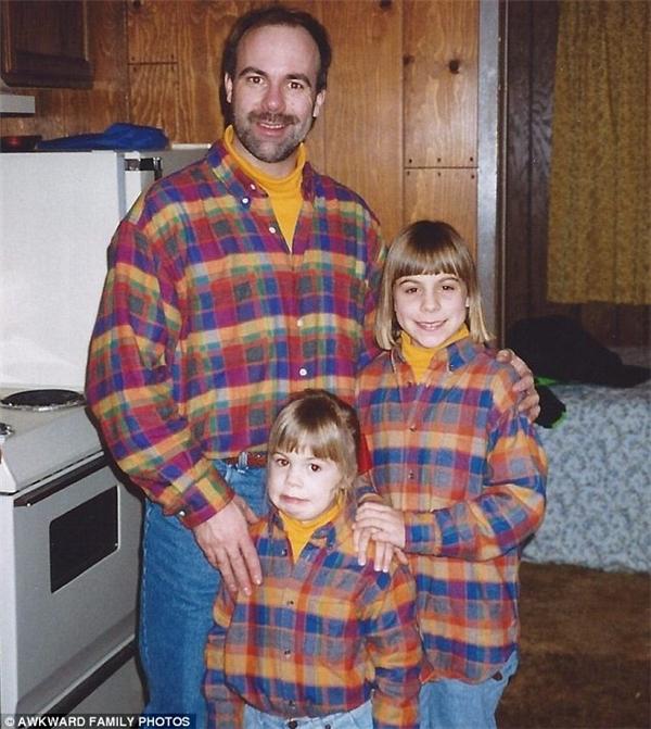 """""""Eo ơi, không mặc cái áo ca-rô vớ vẩn này thì không ai biết mình là gia đình sao hả bố?"""".(Ảnh: Awkward Family Photos)"""