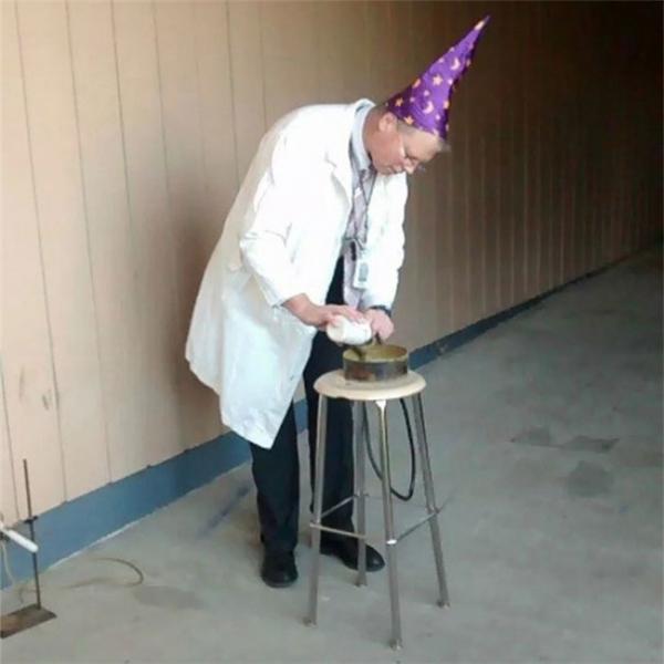 """""""Tôi không biết thầy kiếm đâu ra cái mũ phù thủy để tự tưởng tượng mình có thể biến ra phép thuật thông qua thí nghiệm hóa học như thếnày""""."""