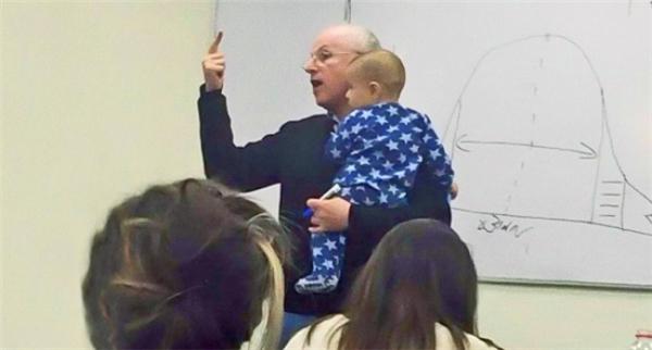 Một em bé theo mẹ đi học vì mẹ không thể nhờ gửi ai đã khóc toáng lên, thế là thầy giáo đã bế em suốt cả buổi học hôm đó. Kì lạ thay, em bé đã nín ngay lập tức khi được thầy bế trên tay.