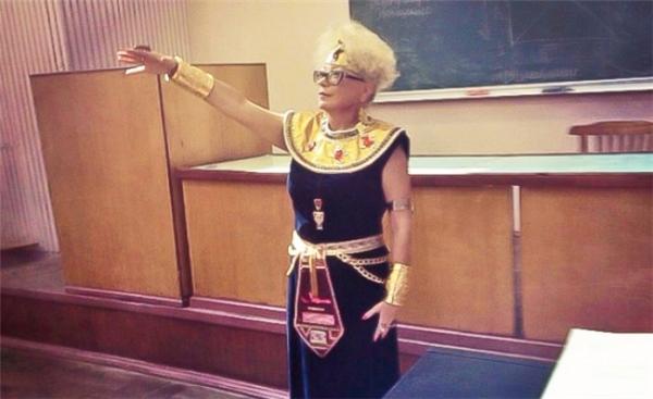 Còn gì sống động hơn khi cô Lịch Sử có tâm cosplay như thế này cho buổi học chứ?