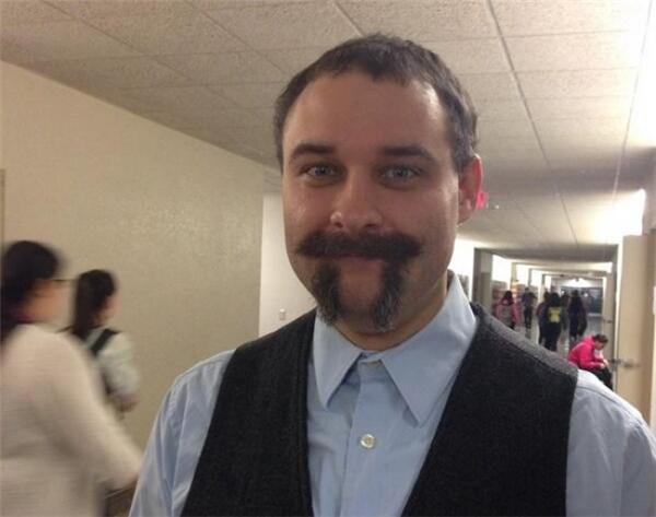 """""""Nhân ngày Pi thế giới, thầy giáo của tôi đã cạo râu của mình thành thế này nè""""."""