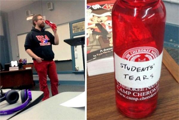 """Nhìn cái cách thầythích thú khi uống chai """"nước mắt của học sinh"""" kìa."""