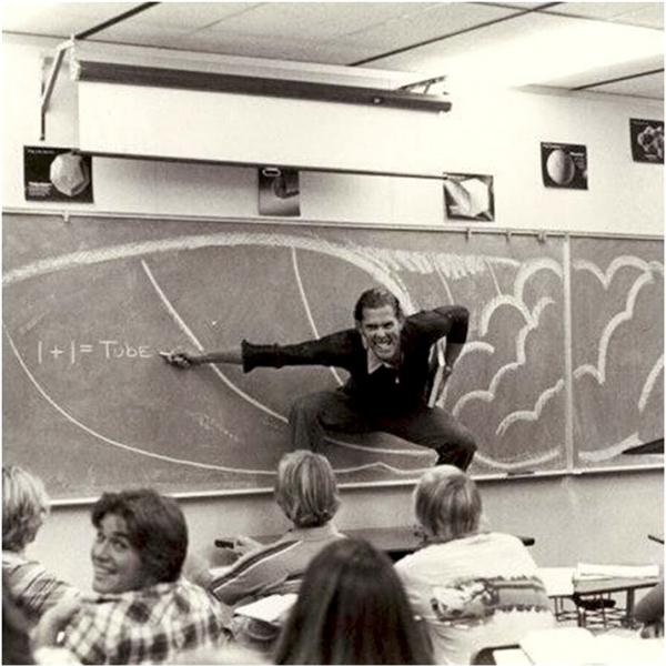 """""""Thầy đang giả vờ lướt sóng để giải thích nguyên lý vật lý cho tụi tui nè""""."""