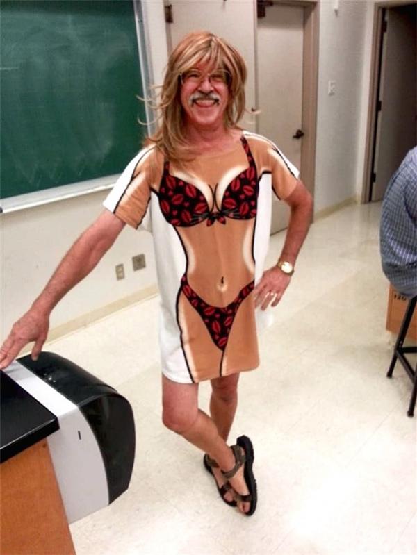 """""""Thầy đã không ngần ngại mặc ngay bộ quần áo mà chúng tôi tặng nhân ngày Nhà giáo. Trông thầy cũng có vẻ hợp với nó mà, đúng chứ?"""""""