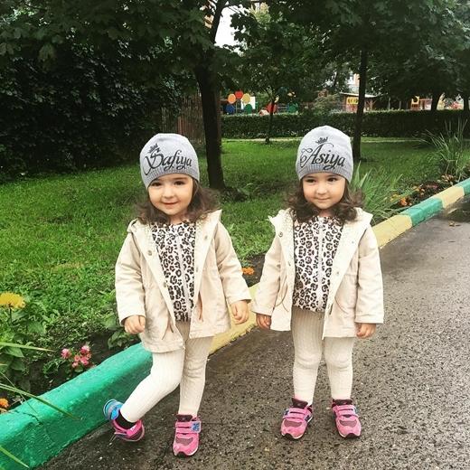 Asiya và Safiya có tính cách vô cùng vui vẻ và lạc quan.