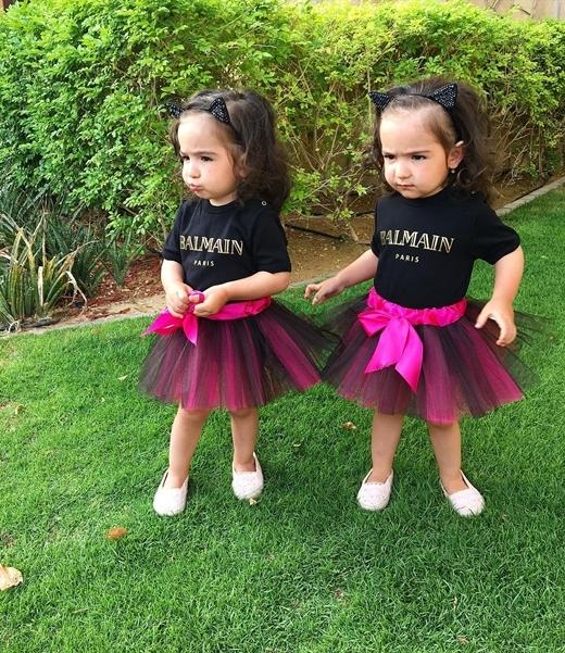 Ngoại hình của hai bé có nhiều điểm giống nhau khiến bố mẹ cũng lúng túng.