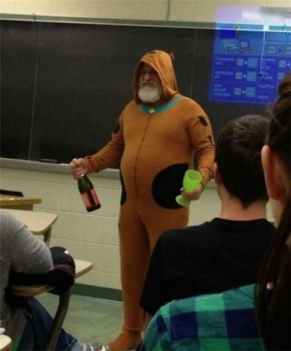 """""""Thầy đã hứa sẽ mặc bộ đồ ScoobyDoo và cầm một chai sâm panh đến lớp nếu chúng tôi đứng nhất cả khối trong kì thi cuối kì. Giờ thì đến lúc thực hiện lời hứa rồi đây""""."""