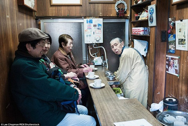 Cửa tiệm này của một cụ già 90 tuổimở cửa 2 lần 1 tuần từ 7 giờ sáng đến 9 giờ sáng.