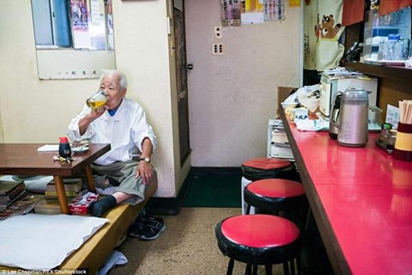 Dù tuổi cao, ông vẫn là chủ quán mỳ.