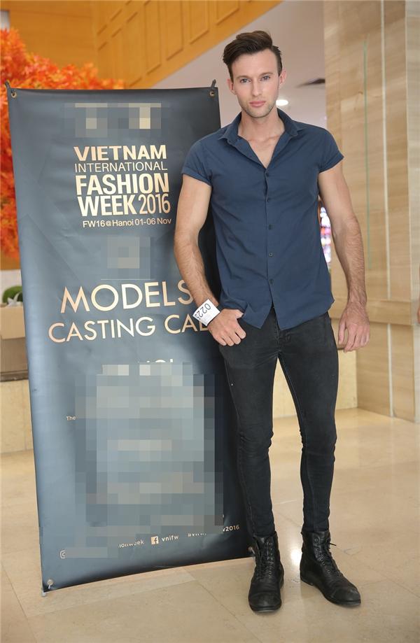 Một chàng mẫu Tây với vẻ ngoài điển trai, thu hút cũng có chiều cao không kém cạnh Đặng Văn Hội.
