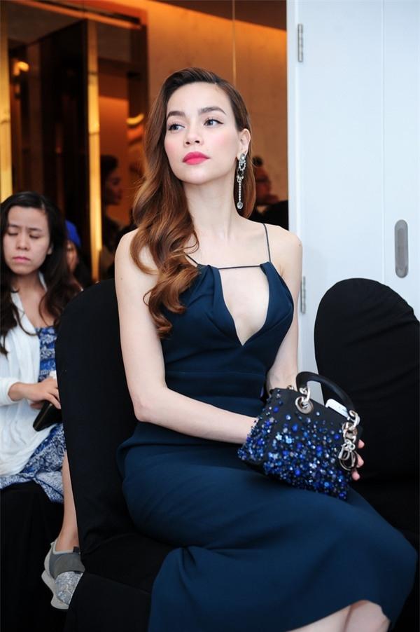 Cách đây khá lâu, một chiếc váy đen cắt xẻ cũng từng khiến Hồ Ngọc Hà lúng túng khi tham gia một sự kiện.