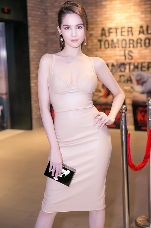 Ngọc Trinh cuốn hút mọi ánh nhìn khi diện bộ váy màu da ôm sát, cúp ngực gợi cảm khi đến chúc mừng Linh Chi ra mắt phim mới. Tuy nhiên, nữ người mẫu vẫn lấy tay che đi vòng một hi cử động hoặc chụp ảnh cùng người hâm mộ.