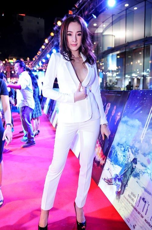 Bộ suit xẻ sâu được nhà thiết kế Lê Thanh Hòa đính kết hàng nút an toàn hơn cho Angela Phương Trinh. Khi lên đến thảm đỏ, nữ diễn viên bất ngờ gặp sự cố khi chiếc nút trên cùng bị bung ra. Bà mẹ nhí cũng đã nhanh chóng khéo léo ở các góc chụp hay lấy tay kéo áo.