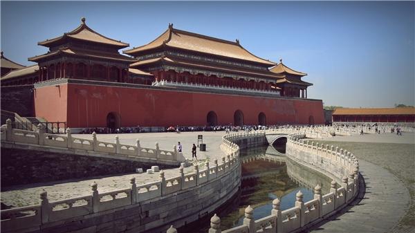 """Bắc Kinh - Thủ đô phương bắc: Sau khi dời đô từ Nam Kinh về Bắc Bình (nay là Bắc Kinh), Minh thành tổ Chu Đệ đã đổi tên nơi này thành Bắc Kinh trong đó """"bei"""" là phía bắc, còn """"jing"""" là thủ đô nhằm chỉ vị trí thành phố là thủ đô phía bắc Trung quốc."""