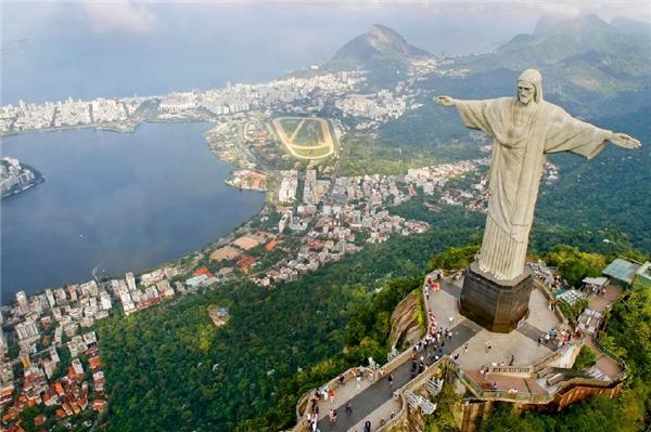 Rio De Janeiro - Dòng sông tháng giêng: Khi các nhà thám hiểm Bồ Đào Nha tìm ra nơi này, họ đã cho rằng con vịnh này là cửa khẩu của một dòng sông khổng lồ dù chẳng biết thực sự có dòng sông đó trên đời hay không.