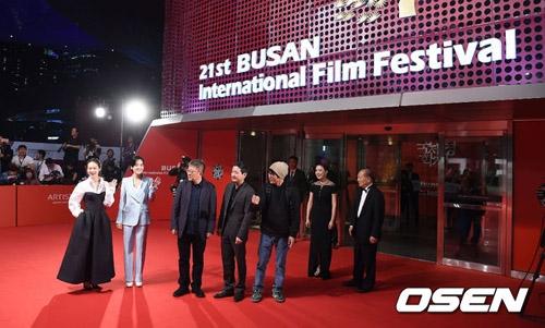 """Thảm đỏ """"ảm đạm"""" của Liên hoan phim quốc tế Busan năm nay."""