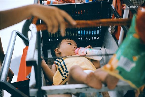 Bé trai nhỏ nhất của chị chỉ mới 2 tuổi, tên Trần Đạt, vẫn còn bú sữa và mang bỉm tã.