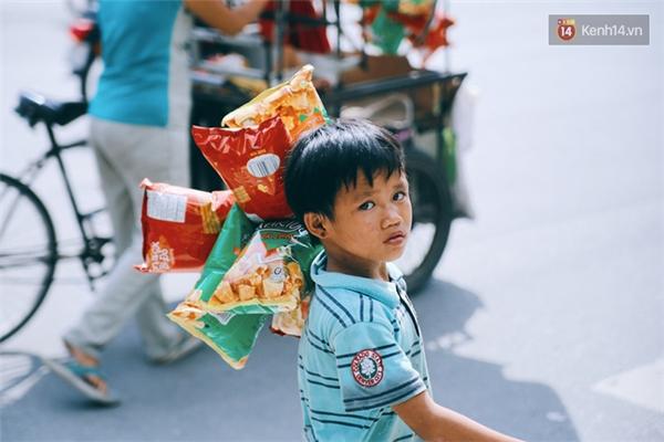 Sơn luôn xách theo những gói bánh snack để chào mời người mua.