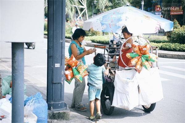 Thỉnh thoảng thấy mấy mẹ con dầm mưa dãi nắng đáng thương quá, người dân bên đường lúc thì cho thêm tiền, lúc tặng bánh kẹo cho các em.