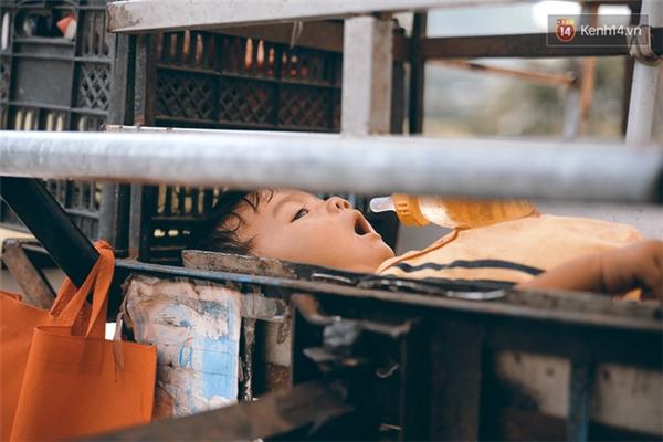Chiếc giường của bé Đạt chính là một góc trên xe đẩy. Ngày qua ngày bé ăn ngủ tại đây, cùng mẹ rong ruổi khắp nẻo đường Sài Gòn.